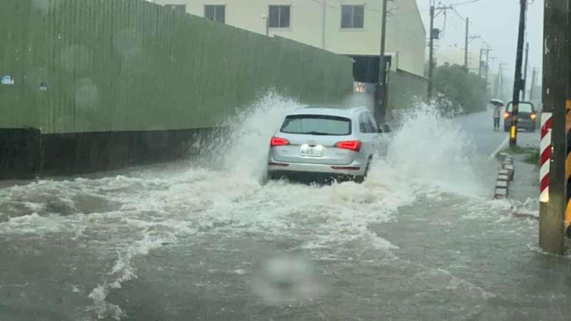 高雄鳥松區神農路附近傳出淹水情形。(圖/取自邱俊憲臉書)