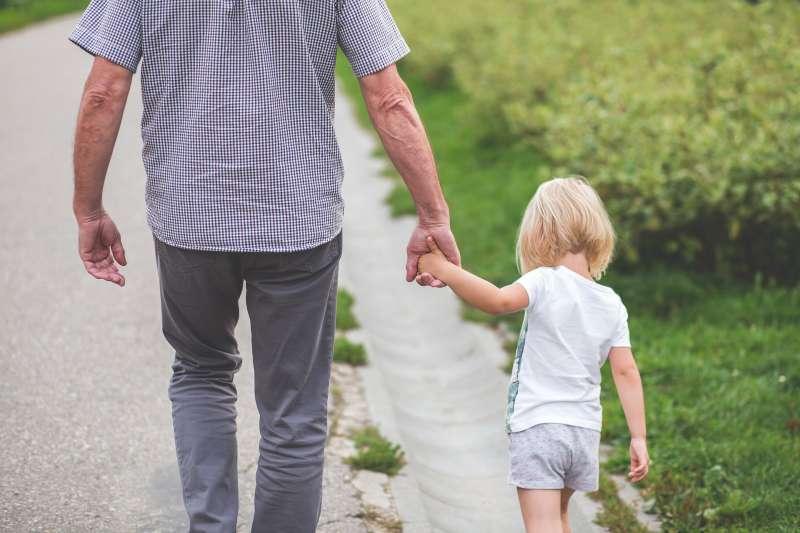 如果不能體罰的話,孩子若亂跑到馬路上,家長應該要「拉著他的手保護他」。(圖/取自pixabay)