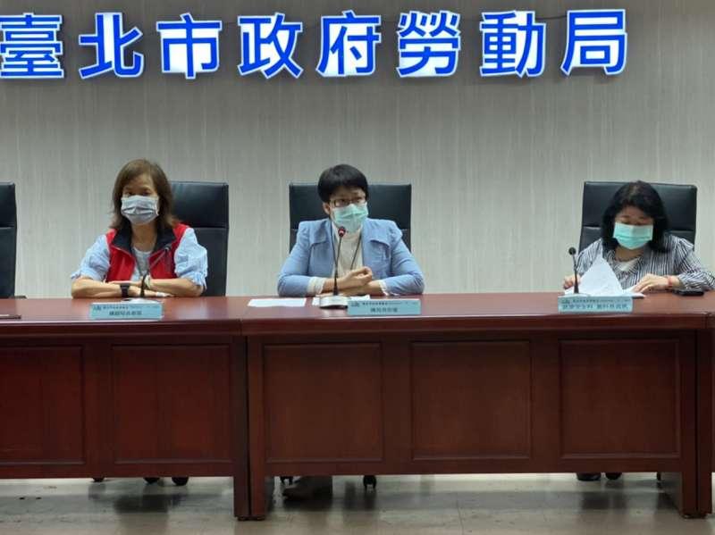 20200528-針對「文華東方」酒店資遣案一事,台北市勞動局長陳信瑜(中)28日上午出面說明。(方炳超攝)