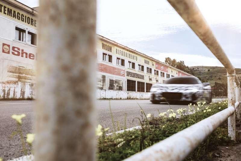 MC20 原型車於西西里賽道進行測試,Maserati 期待以這款全新超跑,再一次向全世界彰顯其賽道基因(圖 / Modena Motori Taiwan 提供)
