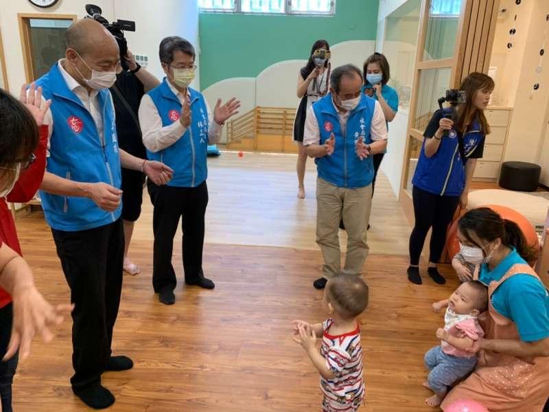 市長韓國瑜巡視高市第五家社區公共托育家園,與托育員、嬰幼兒互動,並並宣布調高公托托育人員薪資營造友善托育職場。(圖/徐炳文攝)