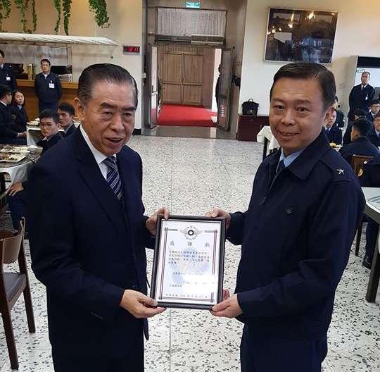 20200530-空軍副參謀長姜光華少將(右)內定將升任空作部副指揮官。(取自空軍司令部臉書)