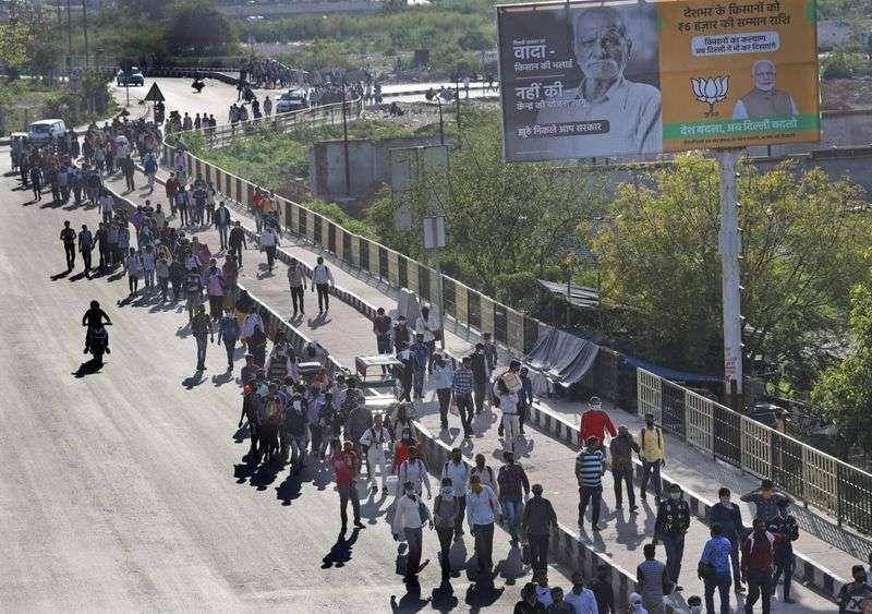 新冠肺炎危機中,印度展開全境封鎖,連火車都停駛,許多勞工只能靠雙腳長途跋涉返鄉。(AP)