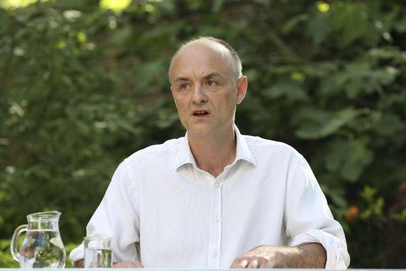 英國首相高級顧問康明斯,被踢爆應居家隔離期間到處亂跑,5月25日親自開記者會說明。(AP)