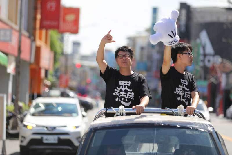 罷韓團體「Wecare高雄」及公民割草行動今(1)日啟動罷韓車隊掃街,一早就從鳳山龍成宮出發,左為尹立。(台灣基進提供)