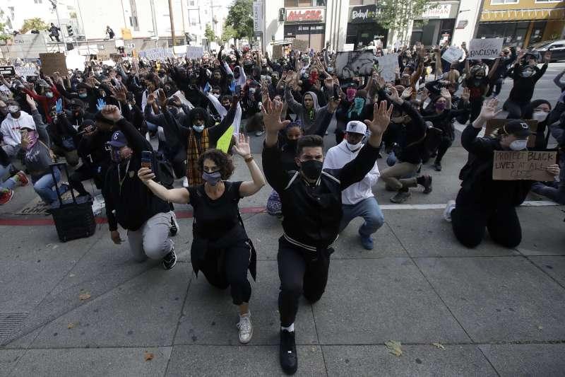2020年5月,全美爆發大規模示威,抗議白人警察針對黑人暴力執法,舊金山群眾在司法大廈前單膝跪地,表達反種族歧視的訴求(AP)