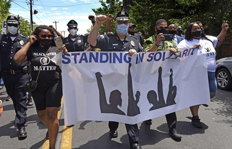2020年5月,全美爆發大規模示威,抗議白人警察針對黑人暴力執法,在紐澤西州坎登郡,當地警方也加入群眾並肩遊行(AP)