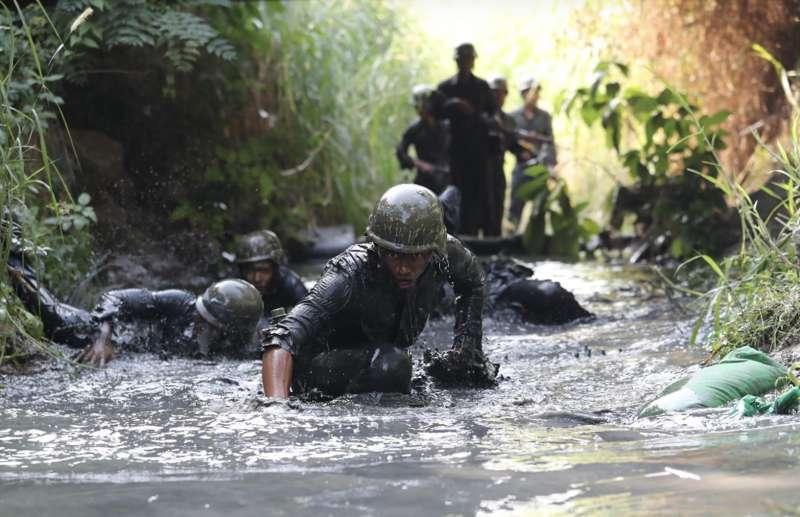 20200604-青年日報新聞官鄭豪上尉則以紀錄海軍陸戰隊兩棲偵搜大隊「兩棲偵搜專長班」學員通過困難地形時的身影,獲得榮譽提名肯定。(青年日報提供)