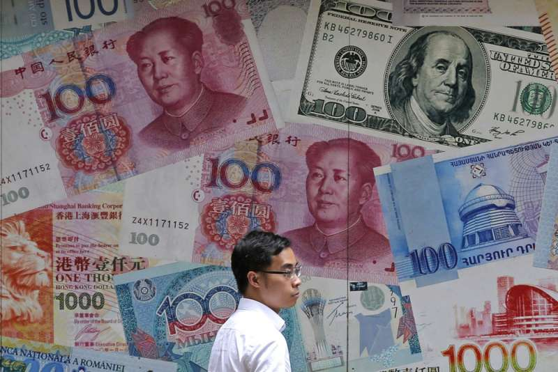 因應政治衝擊,港人急著兌換外幣。(美聯社)