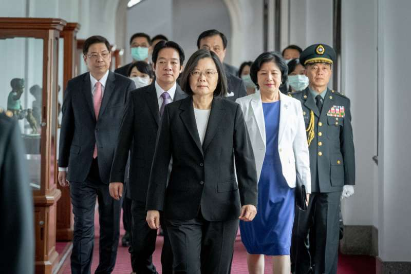 美國在蔡英文(中)連任就職日宣布軍售,中國政府三部會強力回應。(總統府提供)
