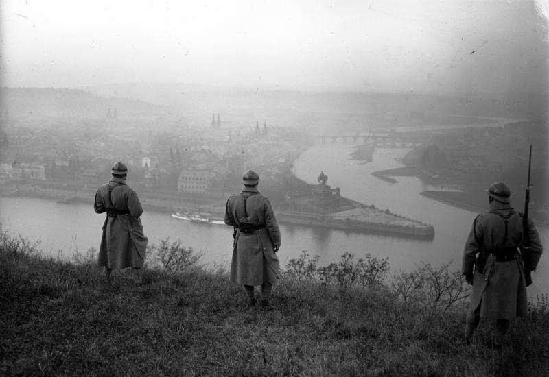 在占領萊茵蘭期間,法國士兵在觀察萊茵河。(Bundesarchiv, Bild 102-08810 /維基百科)