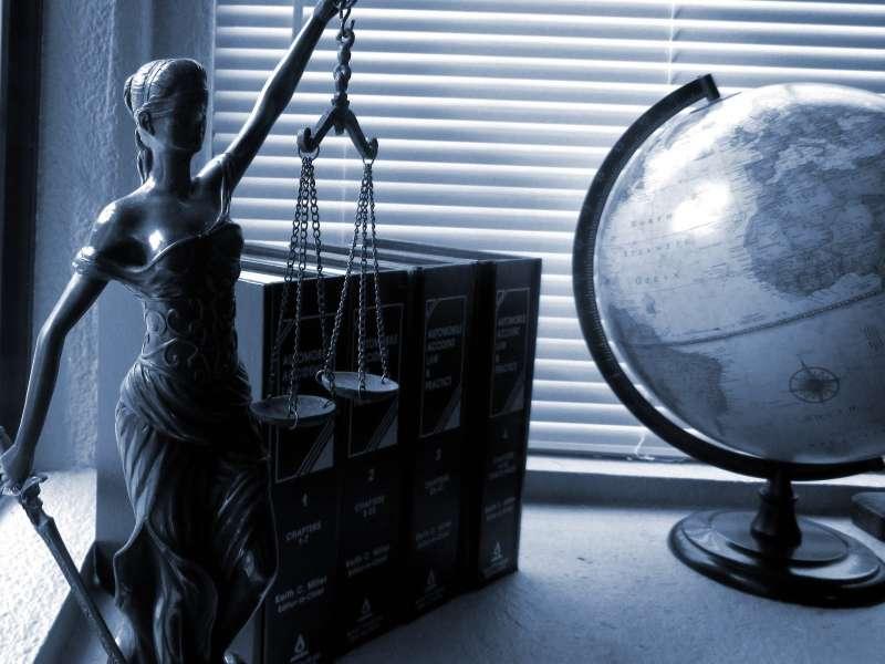 法律、法槌、平等。(圖/pixabay)