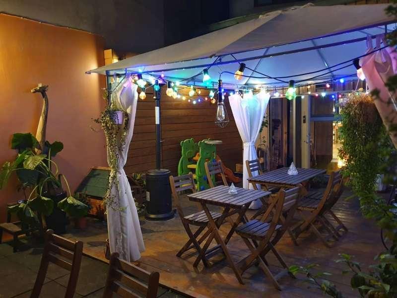除了室內用餐區,也有溫馨好拍的室外用餐區,以木椅搭配感覺溫馨。翻攝自OYA PIZZA IG