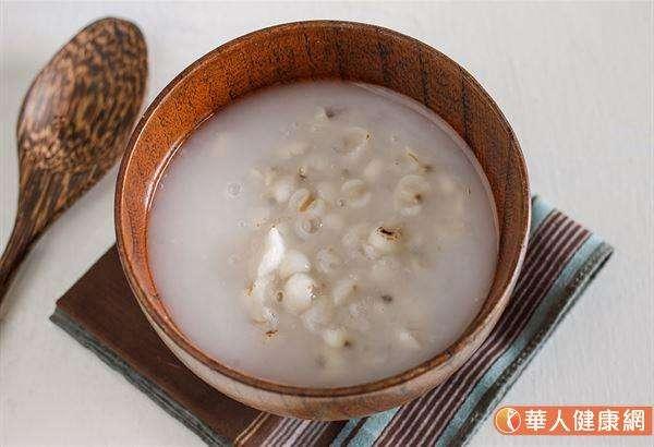 以下推荐一道「健脾養肝四神湯」,四神湯中的的蓮子、芡實、茯苓、山藥,具有健脾效果,可以達到調理腸胃的效果。(圖/華人健康網)