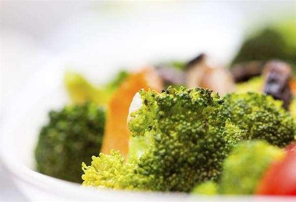 應該如何愛肝、護肝呢?建議需要多補充抗氧化成分的食物,幫助抑制發炎反應,例如蘆筍、橄欖菜、青江菜、菠菜、花椰菜、空心菜等綠色蔬菜。(圖/華人健康網)