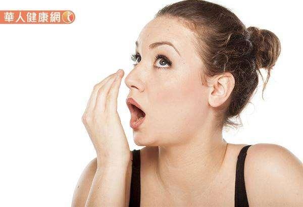 有口臭的人不一定就是肝不好,幾乎90%的口臭都是口鼻腔的問題,其餘10%與腸胃毛病有關。(圖/華人健康網)