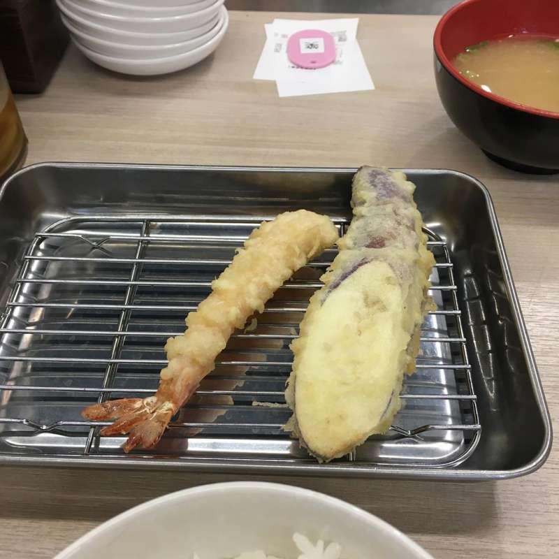 天婦羅的食物拍起來一點沒有視覺衝擊,但廚師會視顧客用餐調整上餐速度,這樣才能吃到新鮮的天婦羅呀!上菜時熱騰騰的要小心燙口喔!(圖/童鈴雅攝)