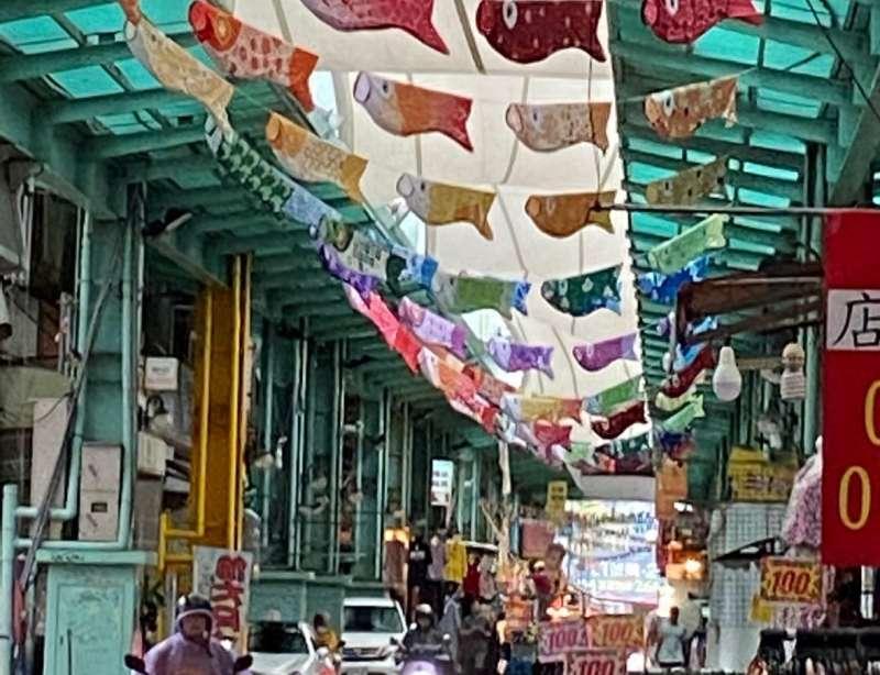 南華商圈環境改造吸人潮,成為打卡熱點,圖為商圈棚架內懸掛鯉魚旗凸顯特色。(圖/徐炳文攝)
