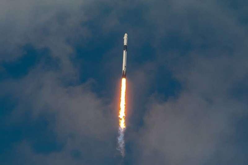 獵鷹九號火箭搭載著兩名太空人成功完成任務,改寫歷史(圖片來源:SpaceX Instagram)