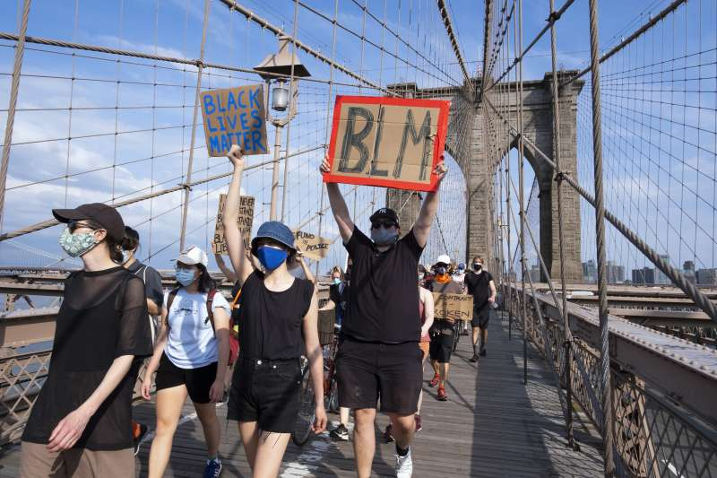 佛洛伊德案:全美反種族主義示威,紐約民眾高舉「黑人的命也是命」標語走過布魯克林大橋(AP)