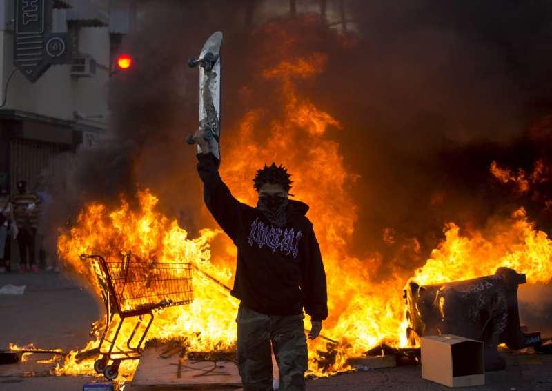 美國黑人男子佛洛伊德慘遭白人警察暴力執法殺害,各大城市出現大規模示威抗議,部分群眾訴諸暴力。(AP)