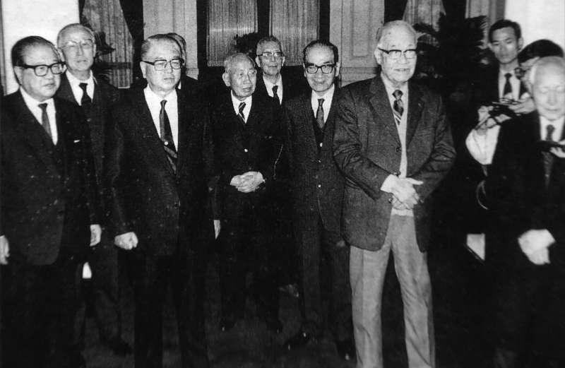 1990年國民黨驚爆「二月政爭」,李登輝請出黨內八大老出面勸退「林蔣配」。左三即為「林蔣配」ˋ主角林洋港。(新新聞資料照)