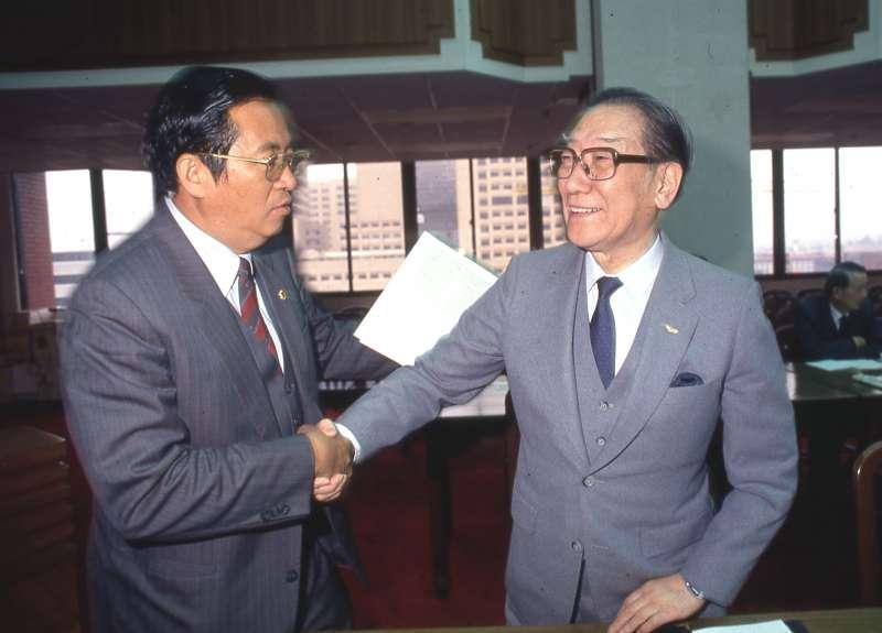 「林蔣配」主角之一的蔣緯國(右)聲明「候選而不競選」,為自己保留一個下台階。(新新聞資料照)