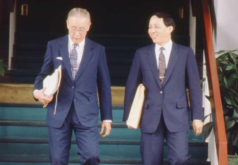國民黨討論總統選舉方式的座談會中,高育仁(右)首先放炮,讓李登輝屬意的總統直選制端上檯面。(新新聞資料照)