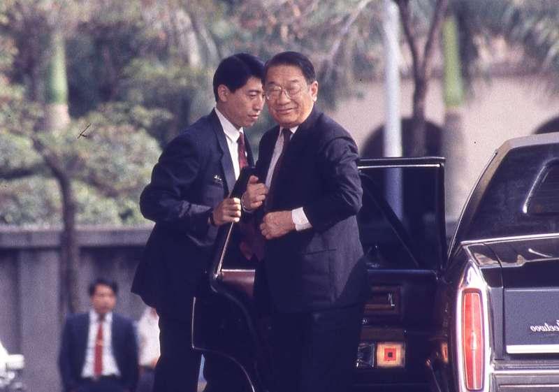 在總統選舉制度是「公民直選」或「委任直選」的角力過程中,李煥(右)為保「委任直選」勝出,與郝柏村私下串聯。(新新聞資料照)