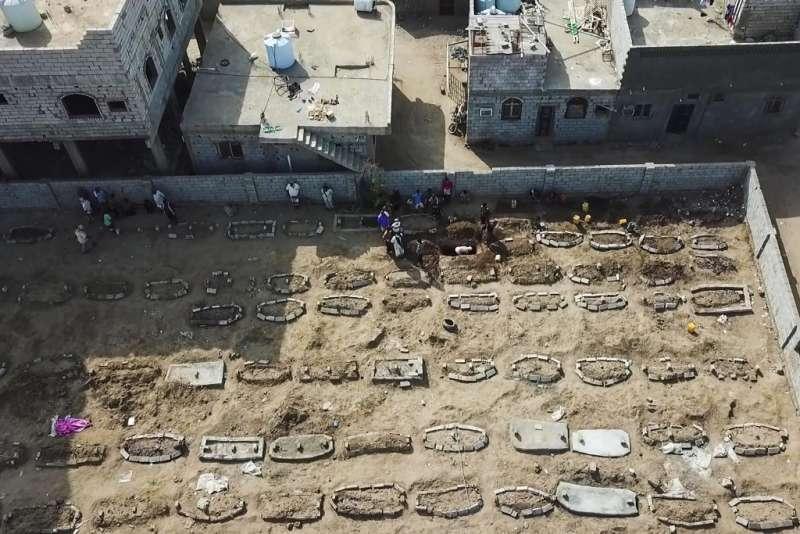 2020年5月21日,葉門亞丁市工人加緊挖掘墓穴。葉門疑似因新冠肺炎死亡的人數暴增。(AP)