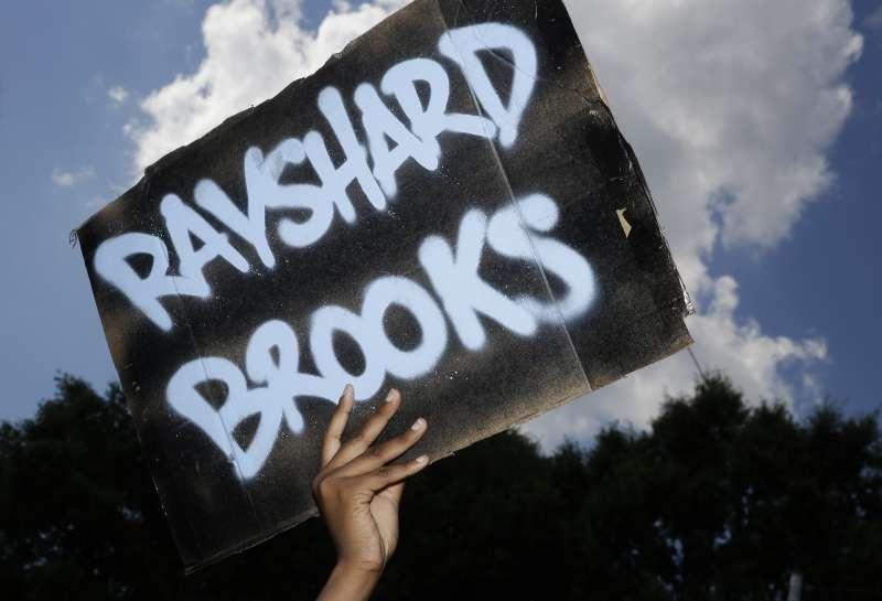 布魯克斯事件:喬治亞州亞特蘭大白人警察槍殺黑人使示威加劇(AP)