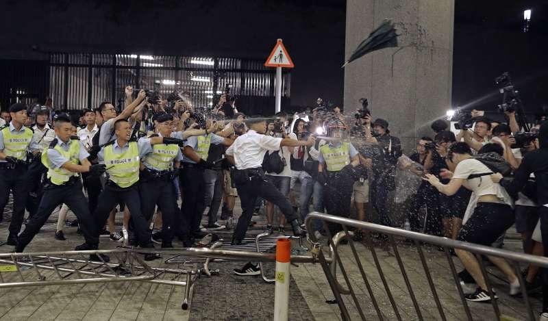 香港反送中抗爭一週年:2019年6月10日,港警向立法會外的示威者發射胡椒噴霧(AP)