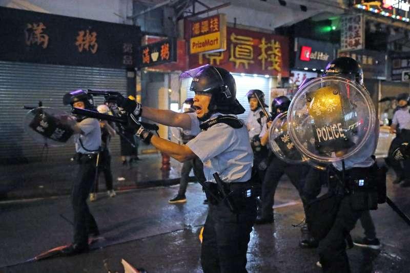 香港反送中抗爭一週年:2019年8月25日,港警拔槍威嚇示威者(AP)