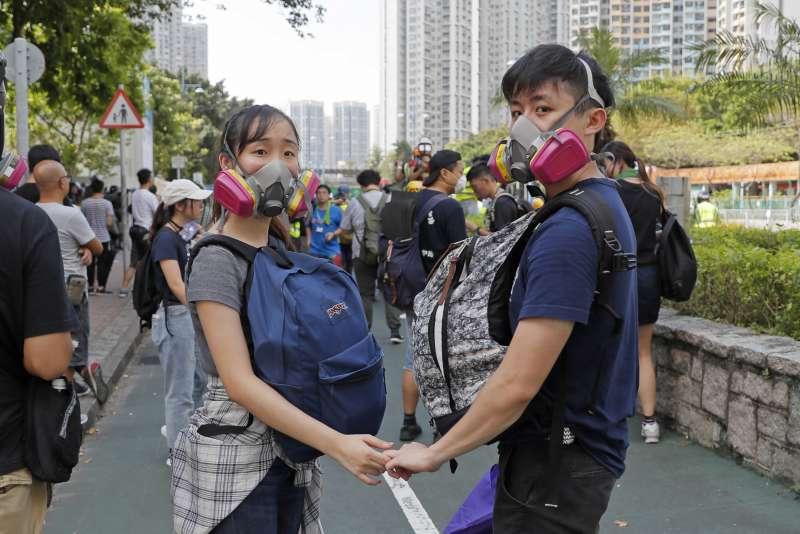 香港反送中抗爭一週年:青年攜手走上街頭(AP)