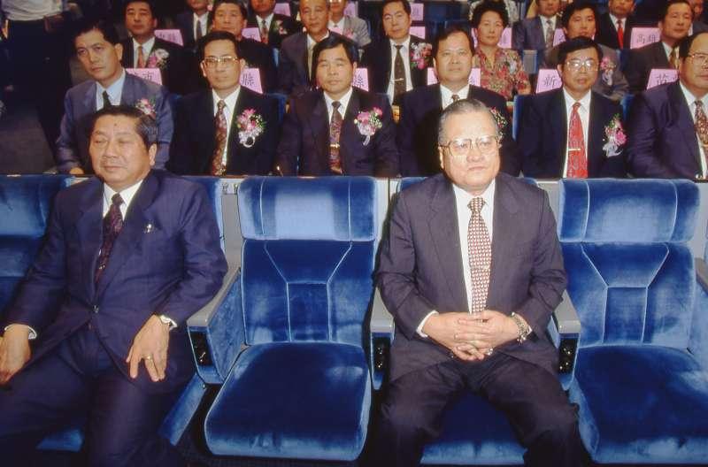 國民黨非主流對於黨內總統提名辦法有意見,但十四全大會在許水德(前右)操盤下,李登輝順利宣布參選。(新新聞資料照)