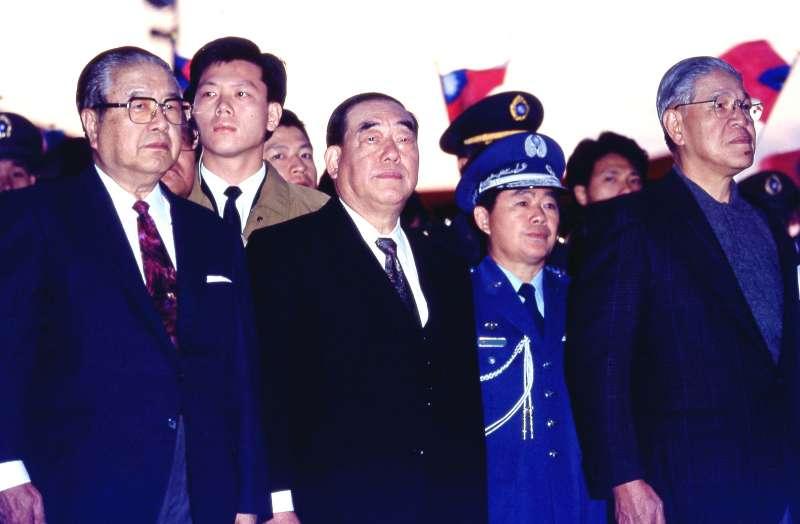 郝柏村(左二)曾是李登輝(右一)的一著棋。(新新聞資料照)