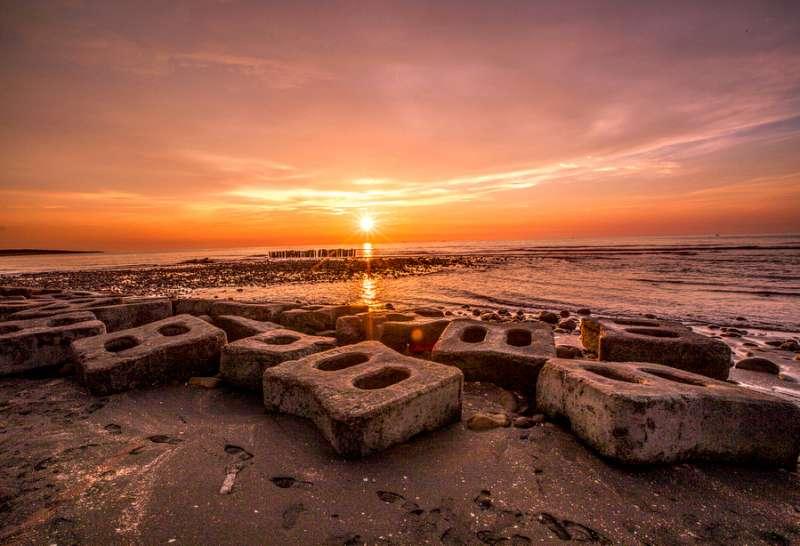 豬鼻子海灘除了療癒的消波塊,夕陽也吸引許多攝影控前來拍攝。(圖/IG@shengkai_travel)