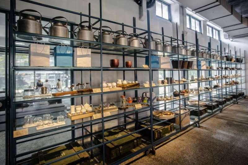 茶廠內部斑駁的鐵椅提供民眾休息,網友喜愛在此拍照打卡。(圖/取自桃園觀光導覽網)