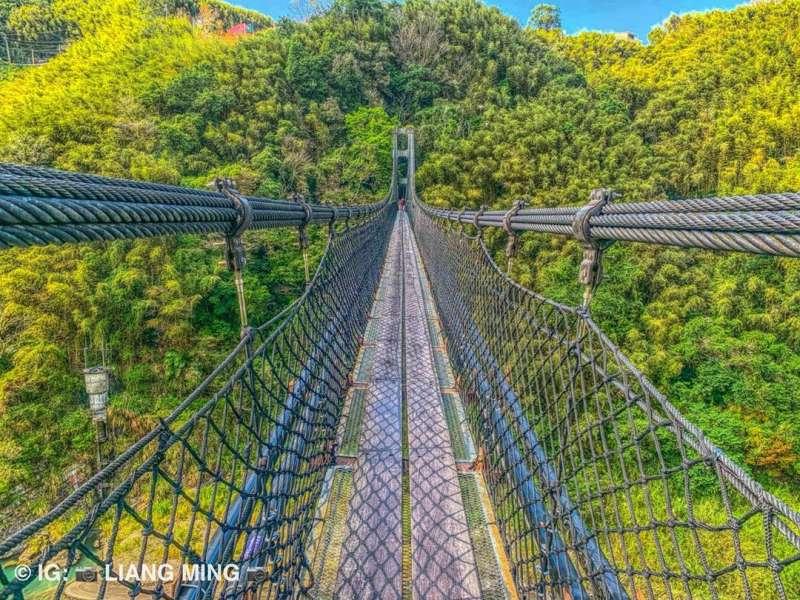 15層樓高的吊橋,是挑戰自我、欣賞絕美景色的好去處。(圖/IG@liang_ming_)