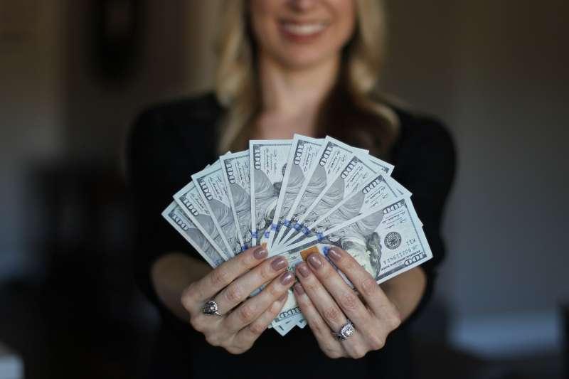 了解金錢的「價值」而非「價格」,才不致被金錢所奴役。(圖/sallyjermain @pixabay)