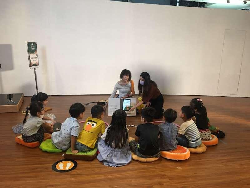 朝陽科大附設幼兒園小朋友在老師帶領下體驗AR多感官繪本《出發吧,魔法森林音樂會!》繪本的影音教學。(圖/記者王秀禾攝)