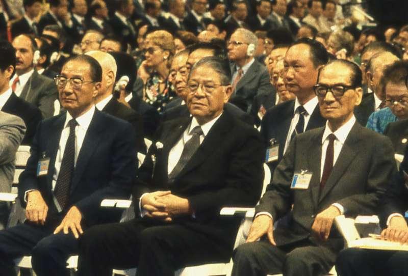 李登輝(中)和時任行政院長的俞國華(左)的關係很微妙,有時兩人各說各話,互相矛盾,卻也似乎河水不犯井水。(新新聞資料照)