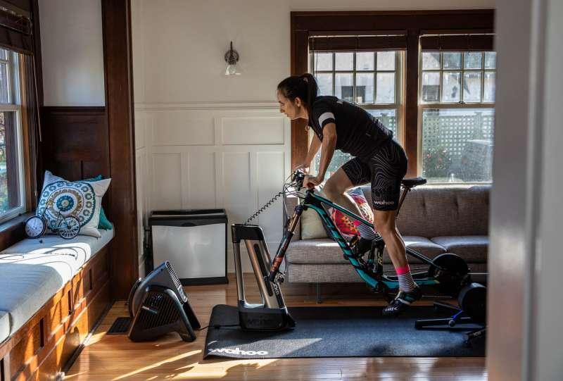 新冠肺炎疫情期間,許多人轉向居家訓練的運動,室內自行車銷售量大增。(wahoo)