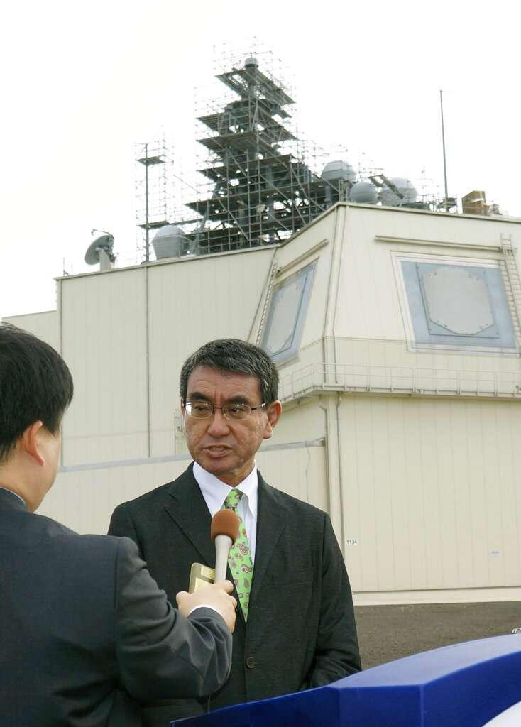 防衛大臣河野太郎表示,日本政府決定中止裝設陸基神盾系統。(美聯社)