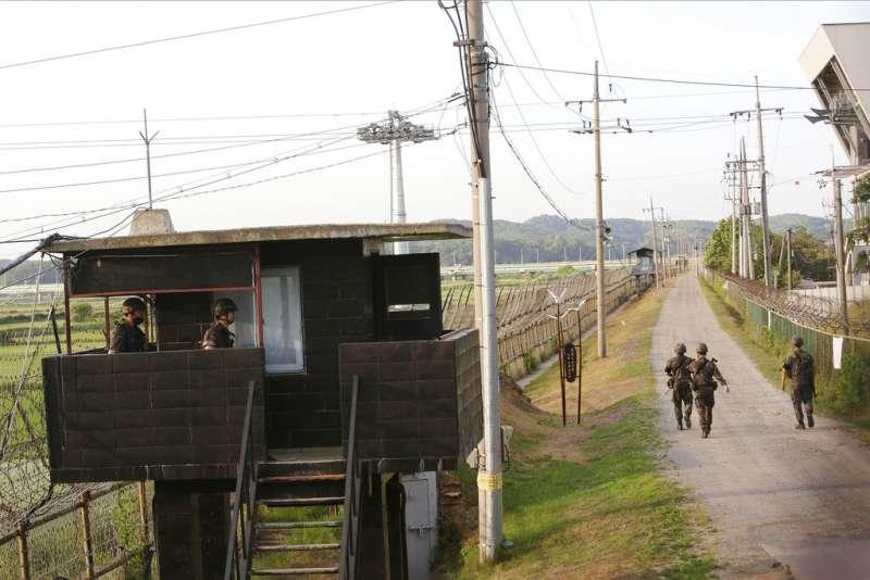 2020年6月15日,南韓士兵在坡州的兩韓邊界附近巡邏。南韓總統文在寅呼籲北韓停止煽動仇恨,重回談判桌。。(美聯社)