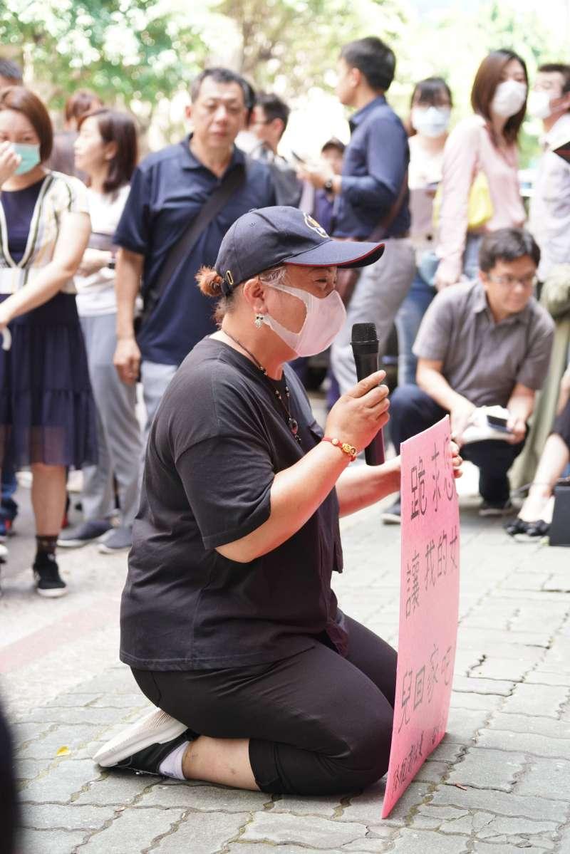 20200617-「小明」家屬、台灣滯陸孩童父母自救會17日於疾管署門口召開記者會陳情,呼籲政府盡速讓孩童返台,與會者下跪求情。(盧逸峰攝)