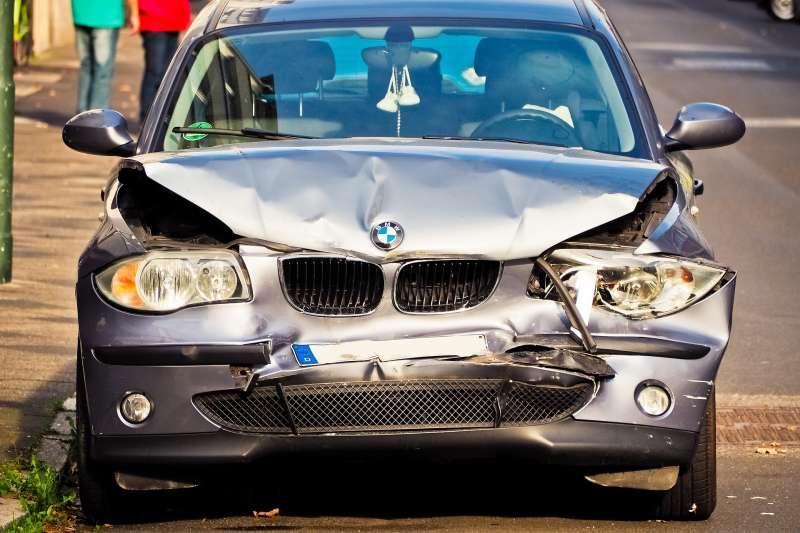 努力好幾年終於將名貴愛車牽回家,如不幸遭遇事故,若沒有保對車險,不僅愛車沒了,還有一堆賠償金額等著。(圖/Pixabay)