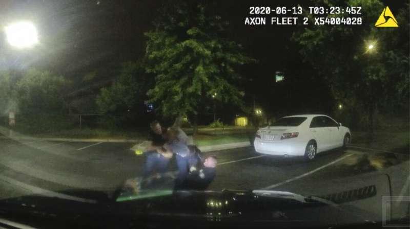 美國喬治亞州亞特蘭大黑人青年布魯克斯(Rayshard Brooks)6月12日遭警方槍殺,中彈之前布魯克斯與員警發生衝突(AP)