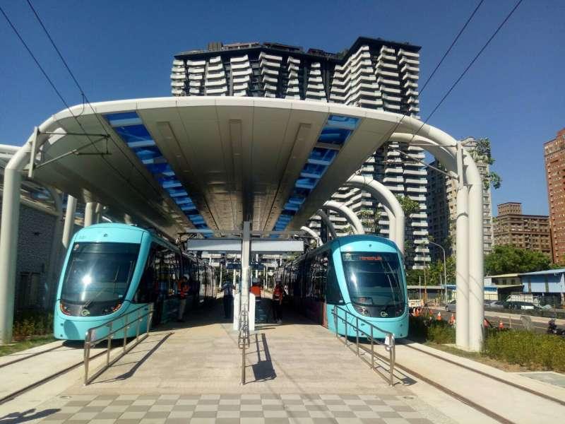 20200618-淡海輕軌第一期藍海線近日進行穩定性測試,測試列車行駛至淡水漁人碼頭站。(新北市捷運局提供)