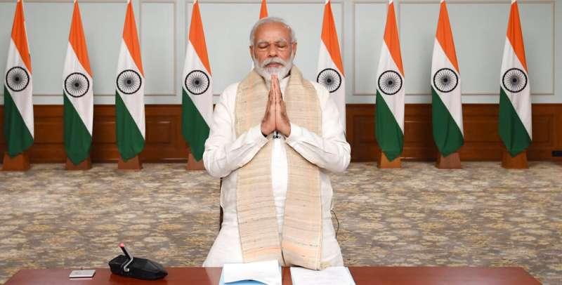 印度總理莫迪為陣亡官兵默禱,並稱關於領土與主權「一寸也不能讓」。(美聯社)